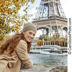 sorrindo, jovem, turista, mulher, ligado, dique, em, paris,...