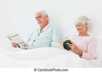 sorrindo, leitura, par, cama