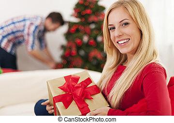 sorrindo, loiro, assento mulher, sofá, em, tempo natal