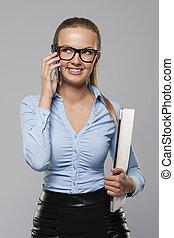 sorrindo, loiro, executiva, segurando, laptop, e, falando telefone móvel