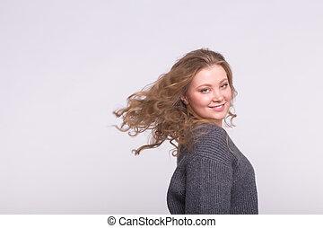 sorrindo, loiro, mulher, com, cabelo voador, branco, fundo, com, espaço cópia