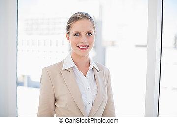 sorrindo, loiro, mulher negócios fica