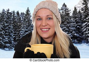 sorrindo, loura, mulher, bebendo, xícara chá, ao ar livre, em, inverno