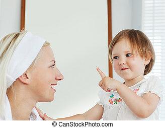 sorrindo, mãe jogando, com, dela, filha