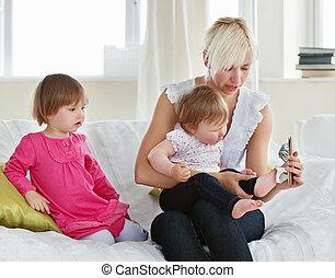 sorrindo, mãe jogando, com, dela, filhas