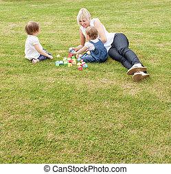 sorrindo, mãe, tendo divertimento, com, dela, crianças