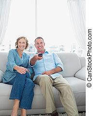 sorrindo, meio envelheceu, par, sentando