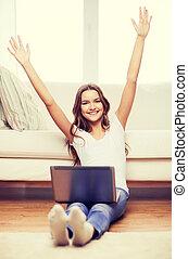sorrindo, menina adolescente, com, computador laptop, casa