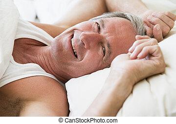 sorrindo, mentindo, cama, homem