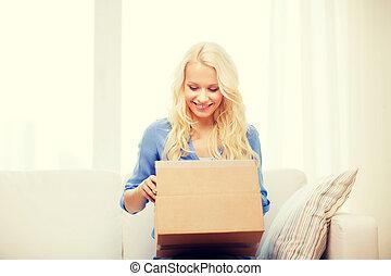 sorrindo, mulher jovem, abertura, caixa papelão