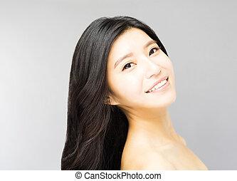 sorrindo, mulher jovem, com, longo, e, saudável, cabelo preto
