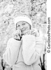 sorrindo, mulher jovem, em, a, neve