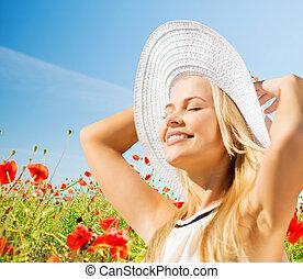 sorrindo, mulher jovem, em, chapéu palha, ligado, papoula,...