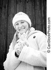 sorrindo, mulher jovem, em, inverno