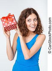 sorrindo, mulher jovem, segurando, caixa presente