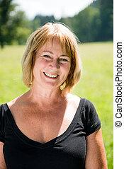 sorrindo, mulher madura, ao ar livre, retrato