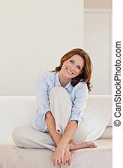 sorrindo, mulher madura, sentar sofá