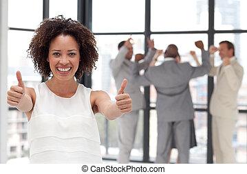 sorrindo, mulher negócio, mostrando, espírito equipe