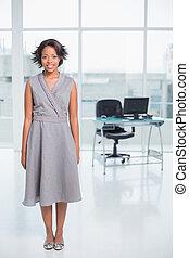 sorrindo, mulher negócios fica, em, dela, escritório