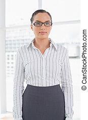 sorrindo, mulher negócios fica, em, dela, escritório, vidros desgastando