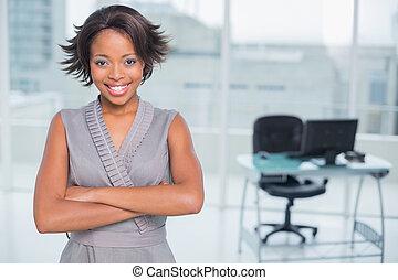 sorrindo, mulher negócios fica, em, escritório, e, cruzamento, dela, braços