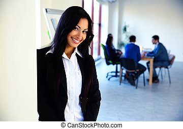 sorrindo, mulher negócios fica, frente, um, reunião negócio
