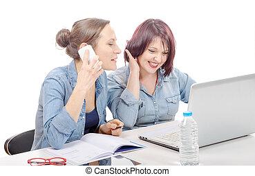 sorrindo, mulheres negócios, usando, telefone pilha, em, escritório