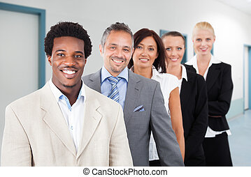 sorrindo, multiethnic, escritório, businesspeople