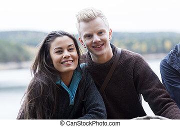 sorrindo, multiethnic, par, em, lakeside, acampamento