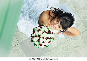 sorrindo, noiva, com, grupo flores, para, cima, olhar
