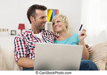 sorrindo, par, com, laptop, e, cartão crédito, fazendo, shopping