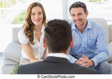sorrindo, par, em, reunião, com, um, financeiro, conselheiro