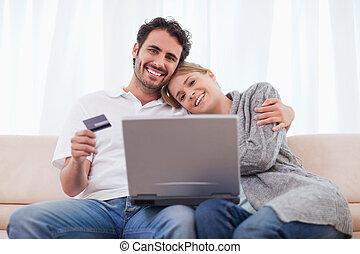 sorrindo, par, fazendo compras online