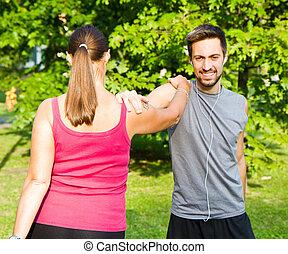 sorrindo, par, fazendo, streching, parque