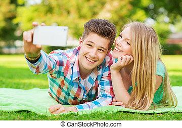 sorrindo, par, fazer, selfie, parque