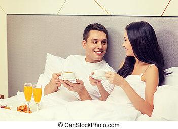 sorrindo, par, hotel, cama, pequeno almoço, tendo