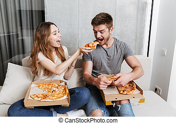 sorrindo, par jovem, comendo pizza