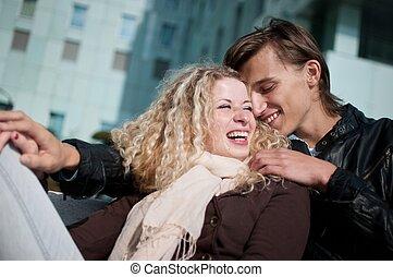 sorrindo, par jovem, junto