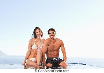 sorrindo, par, sentando, ligado, piscina, borda