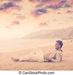 sorrindo, praia, homem jovem