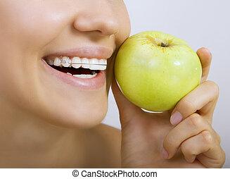 sorrindo, retentor, maçã, menina, dentes