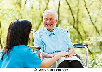 sorrindo, senhora, cadeira rodas