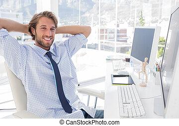 sorrindo, seu, desenhista, escrivaninha
