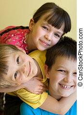 sorrindo, três crianças