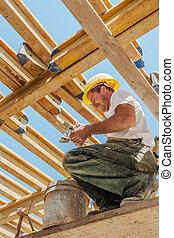 sorrindo, trabalhador construção, ocupado, sob, laje, formwork, vigas