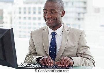 sorrindo, trabalhador escritório, usando, um, computador