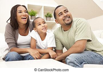 sorrir feliz, família americana africana, casa