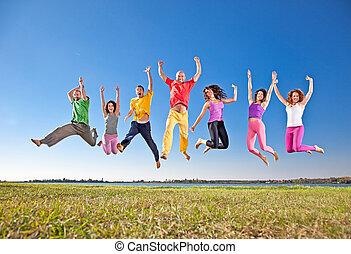 sorrir feliz, grupo, de, pular, pessoas