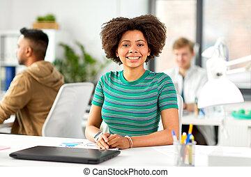 sorrir feliz, mulher americana africana, em, escritório