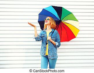 sorrir feliz, mulher, com, coloridos, guarda-chuva, cheques, chuva, branco, fundo